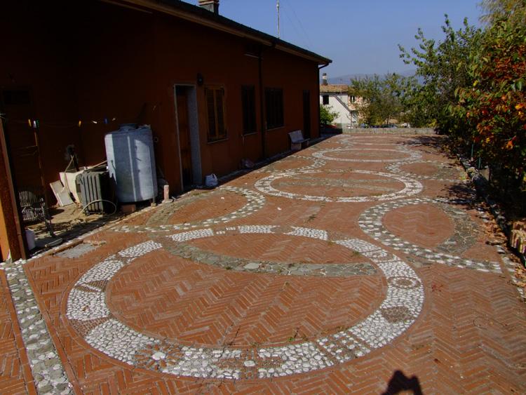 Idee e progettazione pavimento per giardini il creativo - Pavimento in ciottoli esterno ...