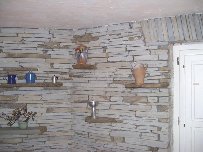 Parete In Pietra Con Mensole: Mensole su parete in pietra salotto con g.